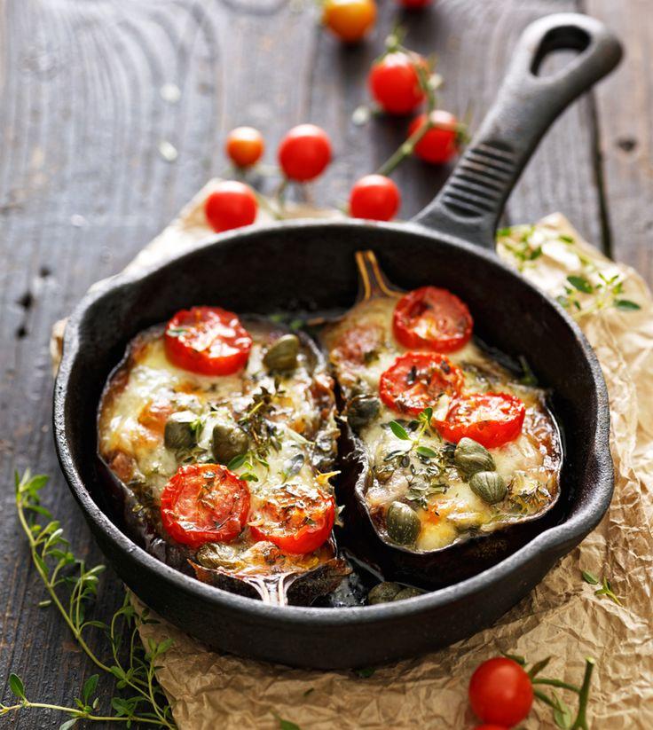 Geroosterde aubergine met mozzarella, cherrytomaatjes en kappertjes