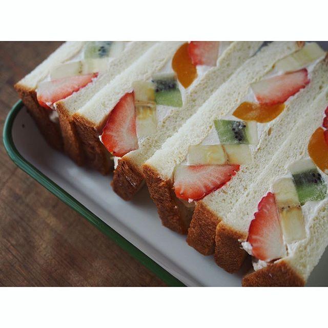 fujifab12 on Instagram pinned by myThings 久しぶりにフルーツサンド作ったらやっぱり美味しくて…  安定の作りすぎぱてぃーん笑(13個作りました笑)  今夜鍋だったのに〆フルーツサンドwwごめん家族ww  パンは、買い出し行く時間がなかったのでセブンのうるもち食パン様にお世話になりました。  サンドイッチ全般に言えることですが、フルーツサンドもやはり丁寧に処理して作ると美味しい。 水気は厳禁、断面意識して並べる、ラップは程よい力で巻く(緩いと崩れるきついと具がズレる)、一思いに切る。  2人分一気にラップに包むと、1人前の高さが揃っていいですよー☺️ #管理栄養士#dietitian#foodpic#feedfeed@thefeedfeed#パン#パン大好き#パンキチ#bread##サンドイッチ#フルーツサンド#sandwich#fruitsandwich#fruitsand#fruits