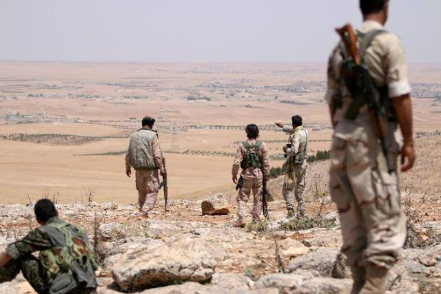 """SDF serahkan wilayah ke rezim Assad  Pejuang Dewan Militer Manbij di daerah pedesaan utara Manbij. (1/6/2016. Reuters)  Pasukan rezim Suriah telah mengambil-alih wilayah dari milisi dukungan AS di dekat kota Manbij. Ini dilakukan untuk memenuhi kesepakatan yang ditengahi oleh Rusia menurut juru bicara milisi pada Senin (6/3). """"Serah terima telah dilakukan .."""" ujar Sharfan Darwish juru bicara Dewan Militer Manbij (MMC) kepada Reuters. Sebelumnya ia mengatakan lima desa termasuk dalam…"""