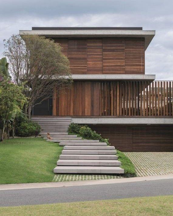 """7,469 curtidas, 27 comentários - Casa e Jardim (@casaejardim) no Instagram: """"A fachada desta casa em Itajaí, Santa Catarina, é definida pelos planos verticais e horizontais com…"""""""