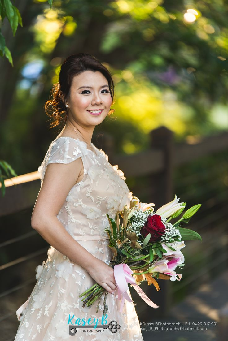 Rachel & Russell came from Singapore to have pre wedding photos done at St Lucia Queensland University. Bride bouquet