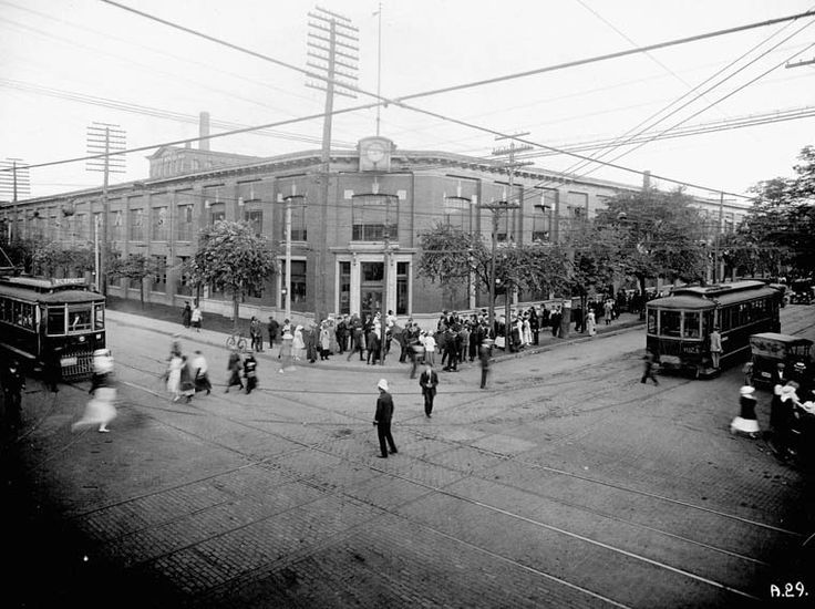 Title / Titre : Russell Motor Car Co. Ltd., Plant No. 2, King and Dufferin streets, Toronto, Ontario / Usine no 2 de la Russell Motor Car Company Ltd., aux rues King et Dufferin, Toronto (Ontario) Creator(s) / Créateur(s) : Unknown / Inconnu Date(s) : circa / vers 1917 Reference No. / Numéro de référence : MIKAN 3371129 collectionscanada.gc.ca/ourl/res.php?url_ver=Z39.88-2004&... Location / Lieu : Toronto, Ontario, Canada C...