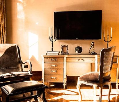 Si viene en plan de negocios, disfrutará de un amplio y fino escritorio clásico enmarcado por objetos únicos que puede adquirir en nuestra galería de arte.