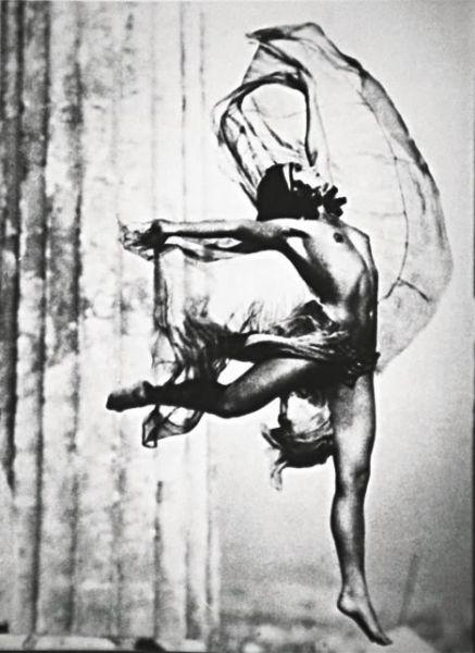 Προηγήθηκε κατά πολύ της εποχής της και σφράγισε με την πρωτοποριακή οπτική και τέχνη της την παγκόσμια ιστορία της φωτογραφίας. Νelly's η Ελληνίδα φωτογράφος που σημάδεψε την ιστορία της φωτογραφίας στον 20 αιώνα. Γεννημένη στο Αϊδινί της Μικράς Ασίας το 1899, η Έλλη Σουγιουλτζόγλου-Σεραϊδάρη περνάει τα μαθητικά της χρόνια στην Σμύρνη και 20 χρόνων πηγαίνει στην Δρέσδη να σπουδάσει ζωγραφική αλλα εκεί την κερδίζει η τέχνη της φωτογραφίας. Μετά την καταστροφή της Σμύρνης εγκαθίσταται στην…
