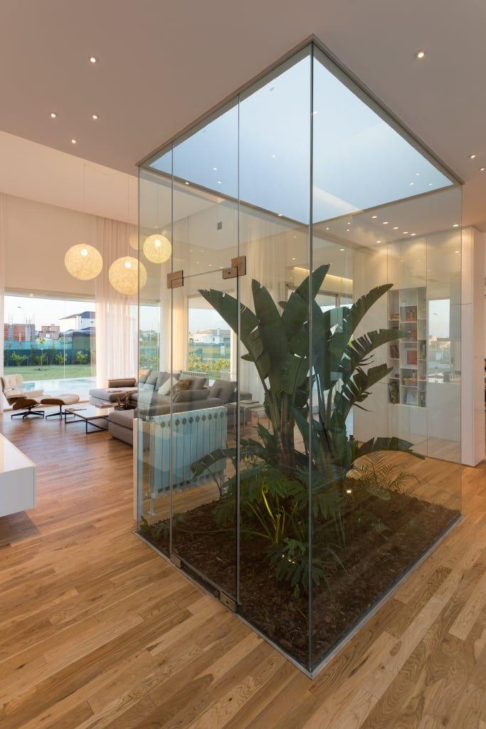 Mirá imágenes de diseños de Livings estilo minimalista}: PATIO INTERNO. Encontrá las mejores fotos para inspirarte y creá tu hogar perfecto.