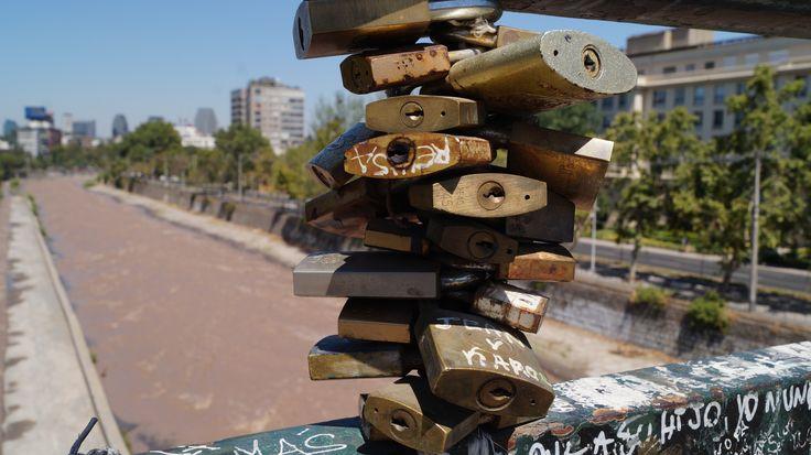 Nuestro puente Condell como es conocido popularmente, dio inicio a los enamorados de Santiago,el poder dejar su testimonio de amor ,enganchado a los barrotes del puente que cruza el Río Mapocho.