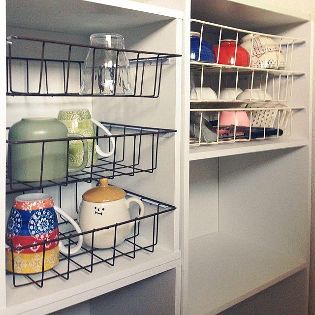 女性で、3DKの100均/セリア/リメイク/カラーボックス/食器棚DIY/食器棚…などについてのインテリア実例を紹介。「グラスマグ用の引き出しも作成しました!バスケットはセリアのものを力づくでカットして縮めましたψ(`∇´)ψこれが作りたかったー!バスケットの色どちらの方がいいですか?(´・Д・)」」(この写真は 2014-07-21 15:46:56 に共有されました)