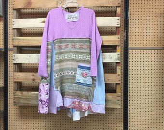 Abito maglione lavanda pastello upcycled abbigliamento Patchwork, pizzo romantico e abito bohemien Gypsy Rose Appliqué Wearable Art