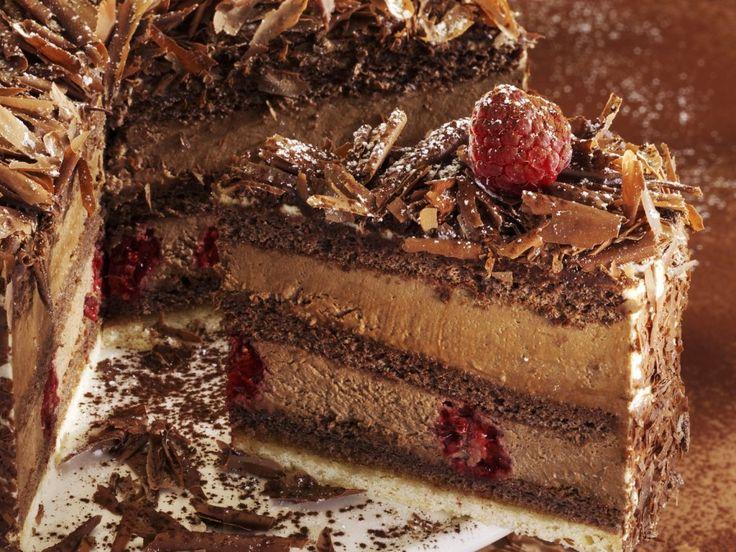 Нежный и сытный бисквитный торт с песочной прослойкой, сочными ягодами малины и…