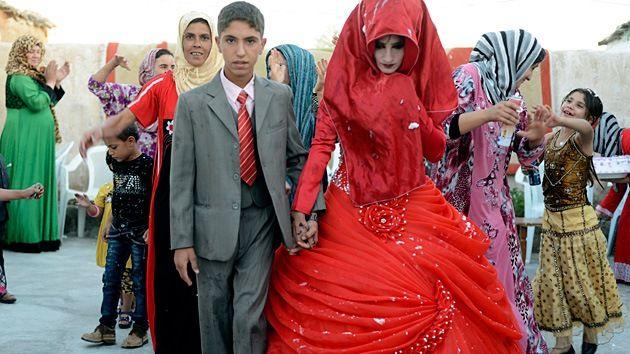La ley iraquí actual establece la edad mínima para contraer matrimonio en los 18 años sin permiso de los padres. Las niñas a partir de 15 años pueden contraer matrimonio solo con la aprobación de los progenitores. Sin embargo, acorde a la nueva legislación, las niñas podrían contraer matrimonio a partir de los nueve años e incluso más jóvenes, en caso de consentimiento de su tutor, padre o abuelo.