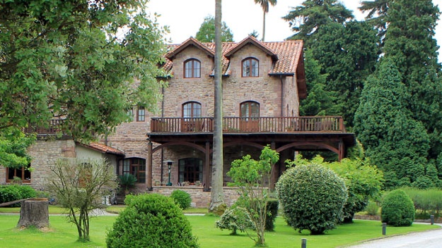 Een statig hotel met eigentijds interieur op een schitterend monumentaal landgoed in Cantabrië. In het omliggende park, waar je heerlijk kunt wandelen, staan torenhoge hazelaars, eiken, beuken en prachtig gekleurde magnolia's, en er liggen visvijvers vol met waterlelies. Het hotel bevindt zich in een heerlijk rustige omgeving net buiten het authentieke dorp Cabezón de la Sal. Zo heb je de pracht van de natuur, de gezelligheid van een dorp, en binnen een kwartier sta je ook nog eens aan de…