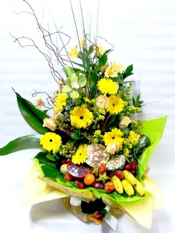 ¿Quieres un regalo a lo grande? Esta cesta, en tonos cálidos, con frutas y flores es para ti.