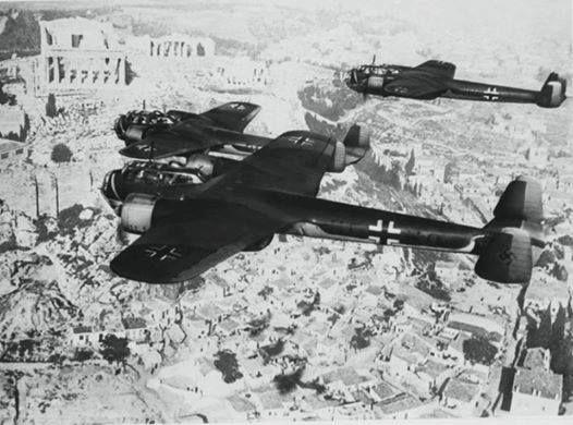1941,Γερμανικά βομβαρδιστικά πάνω από την Αθήνα.Στο βάθος ( αριστερά ) η Ακρόπολη.