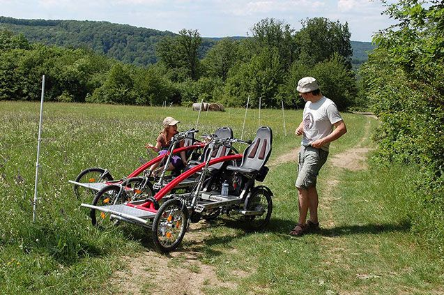 Radwandern mit Vierrad Tandem Fahrrad metallhase mit Kindern in der Natur