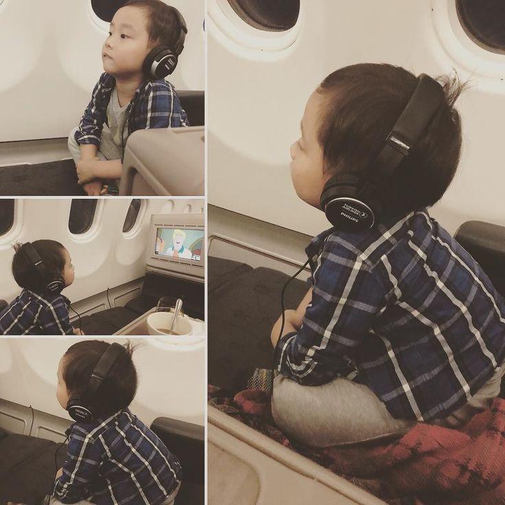 So cute >< 小王子戴耳機看最愛的卡通  #盤腿坐著看電視也太可愛 #超級專注 #非常可愛 #忍不住拍下來 #babywear #turkish_airlines #turkey #turkish #oliverdicaprio