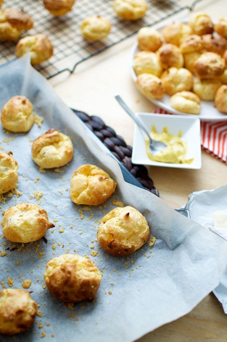 Cheese puffs Dit is zo'n leuk en bijzonder hapje voor feestjes en verjaardagen! Elke keer weer een winnaar. En goed van tevoren te maken!