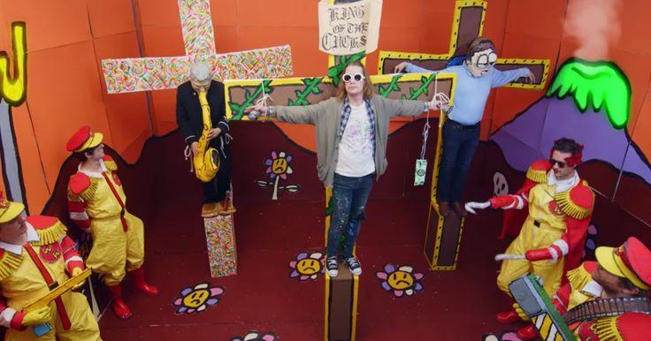 Macaulay Culkin znów szokuje – tym razem we współpracy z równie ekscentrycznym artystą. Aktor zagrał w teledysku Josha Tillmana, wcielając się w... ukrzyżowanego Kurta Cobaina. http://exumag.com/macaulay-culkin-ukrzyzowany/
