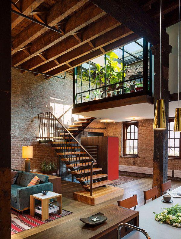 Le séjour d'un grand loft new-yorkais avec vue sur un patio verdoyant. Plus de photos sur Côté Maison http://bit.ly/1M3POLG