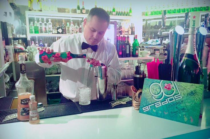 Bartender: Segio Caro de 90 Grados, Madrid.  5 cl de bourbon  1,5 cl de triple seco 2 cl de jarabe Sanz de jengibre y guindilla  1,5 cl de #sirope Falernum #Sanz 2,5 cl de zumo de lima  2 cl de zumo de manzana  1 cl de aceite de oliva arbequina  2 dash de bitter de chocolate Decoración : rama de albahaca  Elaboración : en coctelera  Vaso: Old Fashioned  #Mixología #Mixology #cocktails #bartender #mixologist #flairbartending #falir #sumiller #receta  #Madrid