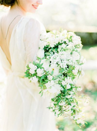Cascading bouquet of Queen Anne's Lace and garden roses: http://www.stylemepretty.com/2015/07/07/ethereal-countryside-wedding-inspiration/ | Photography: Brancoprata - http://www.brancoprata.com/