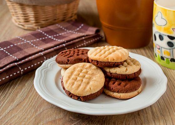 Vanilkovo-čokoládové sušienky 150 g hladkej múky 30 g solamylu 50 g práškového cukru 50 g vanilkového cukru 100 g studeného masla 1 žĺtok 1 - 2 lyžice studenej vody 1 lyžica kakaa múka na podsypanie všetky ingrediencie okrem kakaa zmiešame a vypracujeme cesto. Na polovicu a do jednej kakao. Z každého cesta vyformujeme 20 guliek, dve vtlačíme do seba. Poukladáme na plech a potom popritláčame vidličkou.  180 ° 15 min