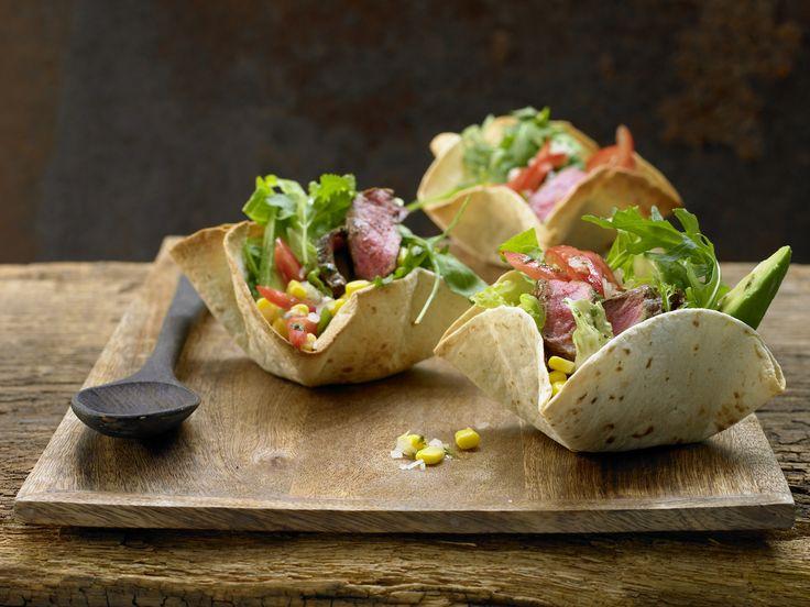 Mexikanischer Salat - mit scharfem Rindfleisch im Tortillakorb - smarter - Kalorien: 452 Kcal - Zeit: 50 Min.   eatsmarter.de Avocado gilt als echtes Superfood. Die Frucht enthält viele wertvolle Fette. Gerichte und Snacks mit Avocado schmecken lecker und machen lange satt. Scharfes Rindfleisch sorgt für die nötige Würze.