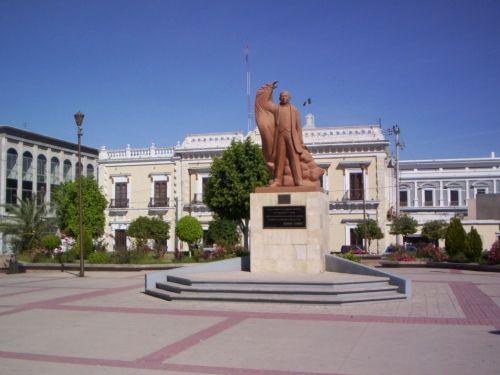 Monumento a Benito Juárez en Hermosillo, Sonora. Ubicado en la Plaza Juárez, la escultura fue donada por el Estado de Oaxaca a la Ciudad de Hermosillo en símbolo de paz