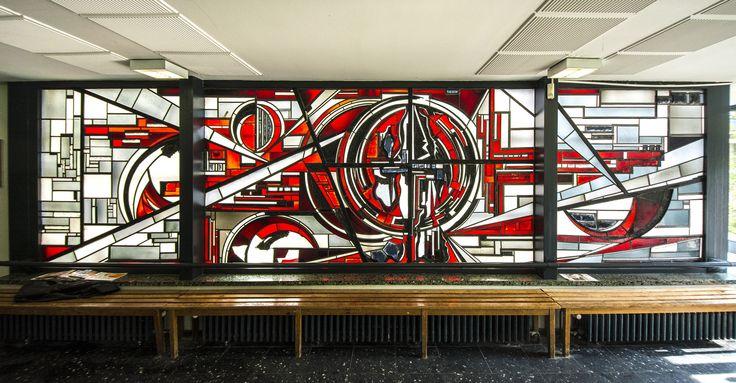 #Kiel In rot-leuchtenden Farbtönen und expressiv-abstrakter Formgebung ziert das Fenster das Foyer der beruflichen Schule am Schützenpark. Beinahe zentral angeordnet ist ein rundes, fast die ganze Höhe e...