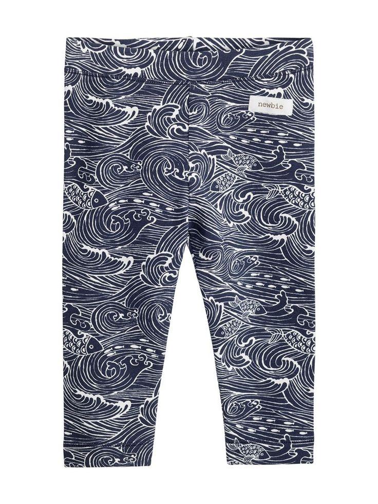 Letar du efter leggings från Newbie till barn? Hos KappAhl hittar du vågmönstrade leggings i 100% ekologisk bomull. Köp online eller i en butik nära dig!