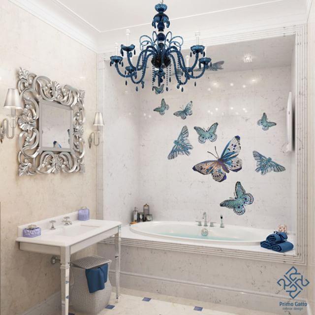 Ванную комнату в доме 15 века мы выполнили в светлой гамме в стиле #ардеко. Колористика помещений выстроена на сочетании бежевых, белых и сине-голубых тонов. Стены и пол отделаны мрамором светлых оттенков. В полу присутствуют вставки из голубого мрамора. Изюминкой проекта являются мозаичные бабочки #sicis, врезанные в мраморную плитку.  Люстра, бра #demajo и точечные светильники  #masiero выполнены из муранского стекла. Умывальник и зеркало - #devondevon, ванная - #villeroyboch.