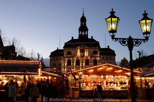 Lüneburg am Markt in Weihnachtszeit Foto, Weihnachtsmarkt Bild & Adventzeit am Rathaus in Altstadt