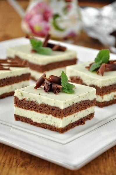 Фото к рецепту: Шоколадный торт с мятно-сливочным кремом