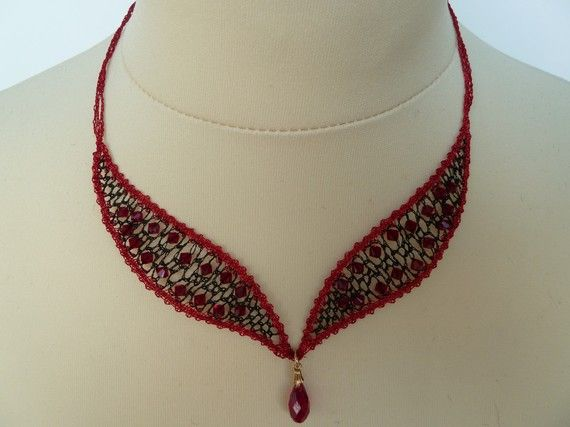 Collier Eloîse fait main en dentelle aux fuseaux avec perles cristal Swarovski rouge et noir