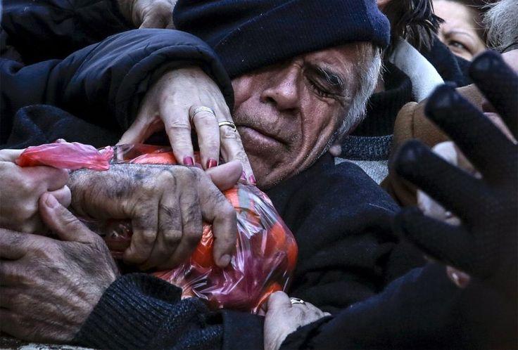27. Januar: Gerangel um einen Sack Mandarinen: In Athen blieben die Wochenmärkte auch heute leer. Das wenige Obst und Gemüse, welches die Händler dabei hatten, verschenkten sie an die Bürger. – Aus Protest gegen die geplante Rentenreform setzten die Landwirte ihre seit knapp einer Woche andauernden Proteste fort. Auch Seeleute und Freischaffende gingen auf die Strasse. (Bild: Alkis Konstantinidis/Reuters)