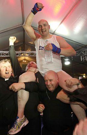 14日、アイルランド中部バナガーで、寄付金集めを目的としたボクシングの試合に勝利し、喜ぶピエール・ペッパー神父(AFP=時事) ▼16Mar2015時事通信|なんじの敵を「KO」せよ!=ボクシングに神父出場-アイルランド http://www.jiji.com/jc/zc?k=201503/2015031600406