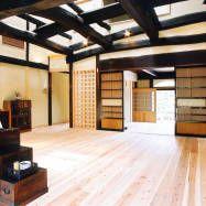 再生により構造体を現わしにしたリビング : Aziatische woonkamers van 株式会社古田建築設計事務所
