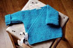 Ma fille aînée Alexie m'a annoncé depuis peu que j'allais devenir Grand-Mère. N'ayant pas tricoté depuis au moins 20 ans, je me suis mise à la recherche d'un premier modèle simple à confectionner. J'ai trouvé mon bonheur sur Youtube. C'est une brassière...