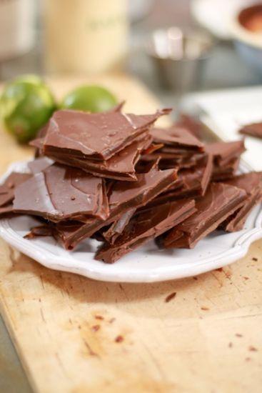 Leilas tips! Man tempererar chokladen för att den inte ska kunna smälta i rumstemperatur. På så vis kan man låta chokladgodiset stå framme i i en skål och...