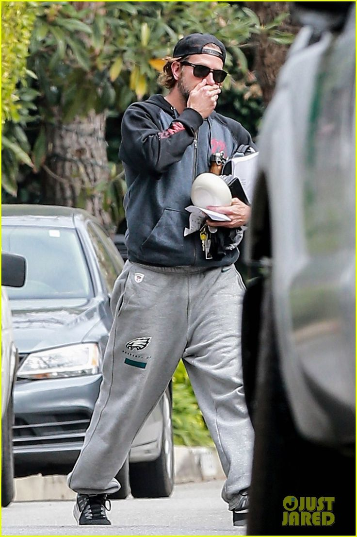 Bradley Cooper has his hands full as makes his way back to his car on Thursday (February 2) in Los Angeles. The 42-year-old actor rocked sweatpants and sneaker as he was spotted leaving the gym after an early morning workou Read more: http://www.justjared.com/2017/02/02/dad-to-be-bradley-cooper-hits-the-gym-in-l-a/#ixzz4Y16G3Vzg