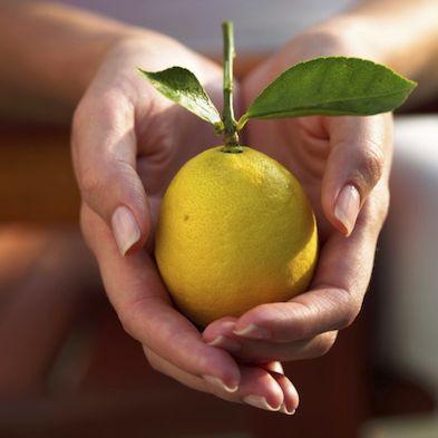 Leuk kleurtje op je nagels gehad? Een drupje citroensap naar het reinigen en die gekleurde waas is ook weg! (oke ik moet het nog wel proberen)