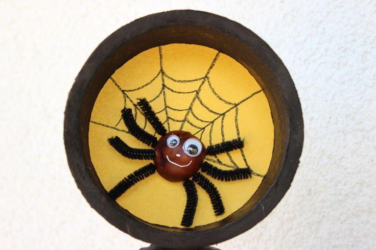 Bricolage Halloween pour les enfants: Araignée avec un marron + un ancien rouleau de scotch + une feuille de couleur. http://pinterest.com/fleurysylvie/mes-creas-pour-les-kids/ et www.toutpetitrien.ch