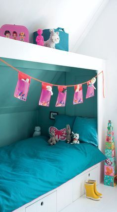 Bed onder schuine wand; voor het geval de meiden naar zolder verhuizen...