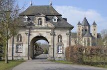 1138 begannen Mönche den Bau der romanischen Basilika, die – inmitten von Wald und Obstgärten, auf einer leichten Anhöhe liegt - heute zu den eindrucksvollsten Sakralbauwerken des Landes NRW gehört und ist die größte mittelalterliche Klosteranlage im Erzbistum Köln.