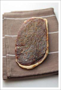 Une recette très simple tellement goûteuse, du magret de canard séché fait maison. Attention, il faut prévoir cette recette à l'avance, au moins 1 bonne semaine au mieux 3 semaines. Ingrédients: 1 magret de canard frais 500 g de gros sel Poivre Herbes...