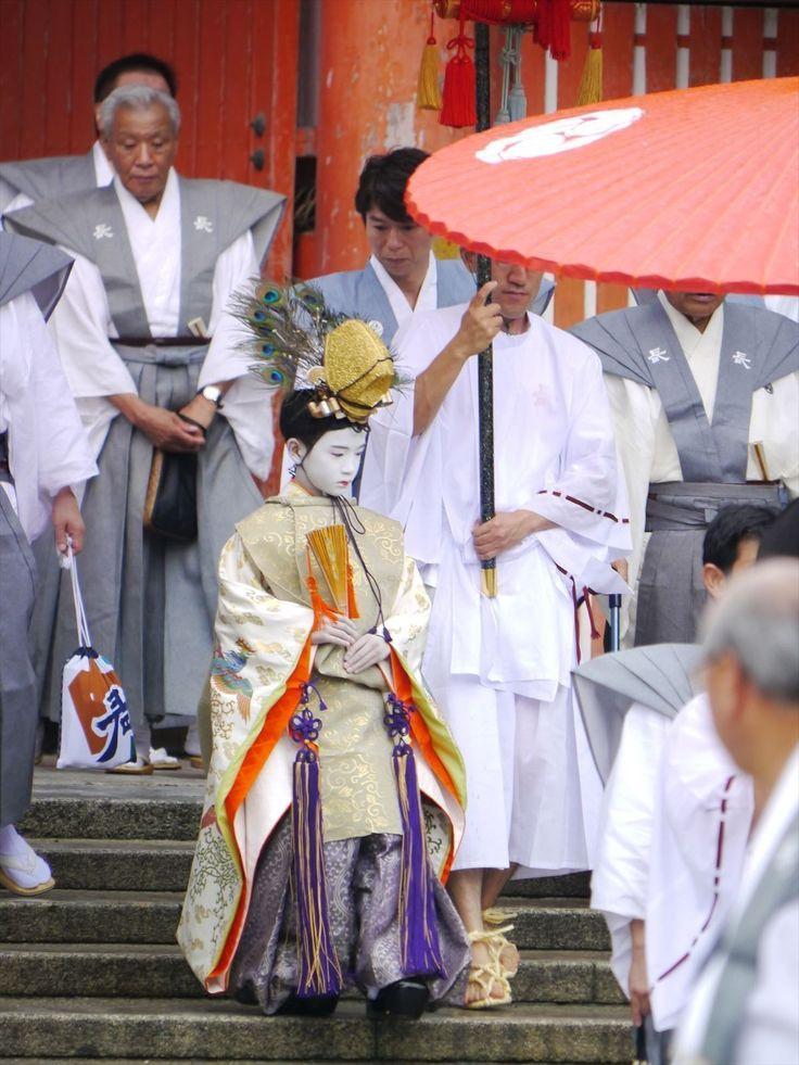 Kyoto(Yasaka Shirin)京都 / 長刀鉾稚児社参(祇園祭)/ 長刀鉾の稚児が、禿(かむろ)の稚児と共にに八坂神社に詣でる / 立烏帽子 水干姿