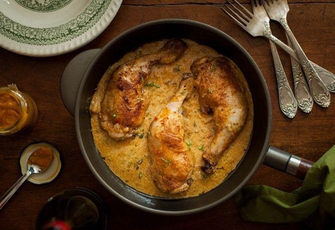 Hiába van hőség, hétvégén mégiscsak illik valami meleg ételt az asztalra tenni. A tejfölös csirke tökéletes választás, ráadásul fél órát kell csak a konyhában töltened.