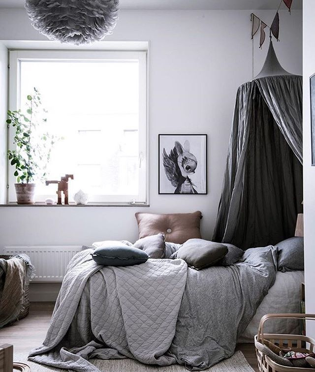 Glada att se våra härliga produkter i fin styling från @styledbyemmahos ☁️ Inom kort får vi påfyllning av sänghimlar, som vi längtar! Alen Cordic/@bjurfors_goteborg . #barnrum#barnrumsinspo#mrsmighetto#numero74#thehappyhillshop#kidsroom#canopy#sänghimmel#kids#love#bedroom#sovrum#tillsalu#mäklarspaningen