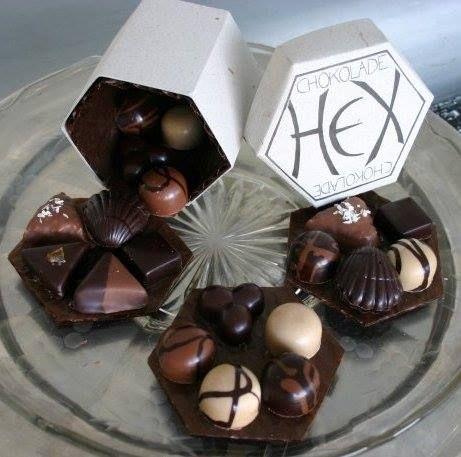Chokolade HEX'en laver den skønneste chokolade af de bedste råvarer, -lækre dessertchokolader, flødeboller med en hjemmebagt tynd sprød bund og i en masse forskellige varianter: lakrids, lime, havt...