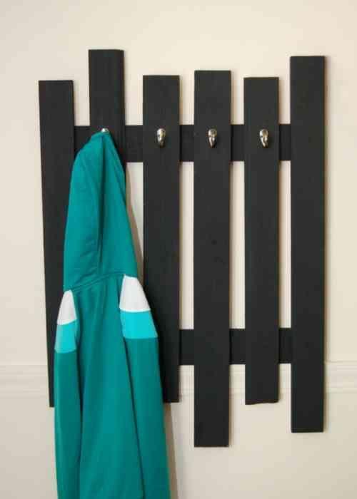 Porte-manteau mural design en palettes noires