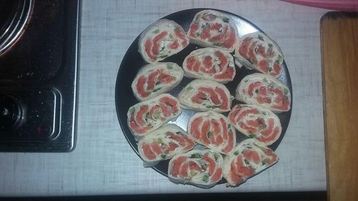 Рулет из лаваша с красной рыбой - пошаговый рецепт с фото: Простейшая в приготовлении закуска. - Леди Mail.Ru лаваш  1 шт. лосось (или любая красная рыба)  200 г сыр сливочный  200 г огурец  1 шт.